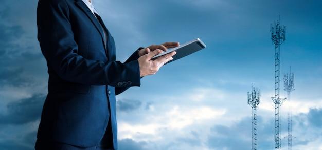 Zakenman aanraken van de tablet en pictogram bedrijf groeit. Premium Foto