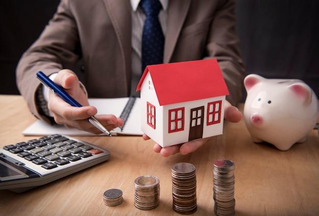 Zakenman agent aanbod verkoop thuis. concept marketing woning. Premium Foto