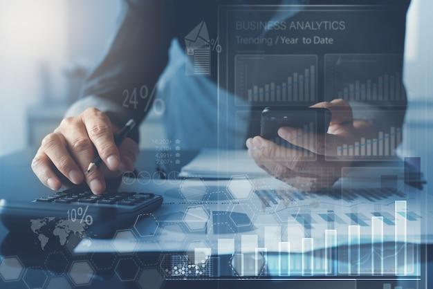 Zakenman analyseren marktrapport met business analytics dashboard op virtueel scherm Premium Foto