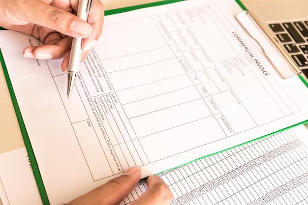 Zakenman berekenen rekeningen op de werkplek met papier. Premium Foto