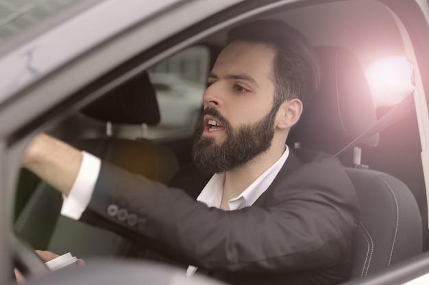 Zakenman besturen van een auto Premium Foto