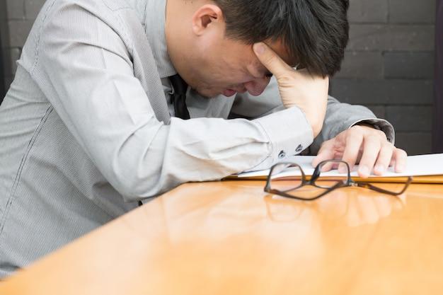 Zakenman die aan hoofdpijn op het werk lijdt Premium Foto