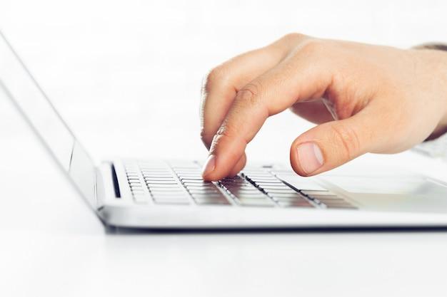 Zakenman die aan laptop op de lijst werkt Premium Foto