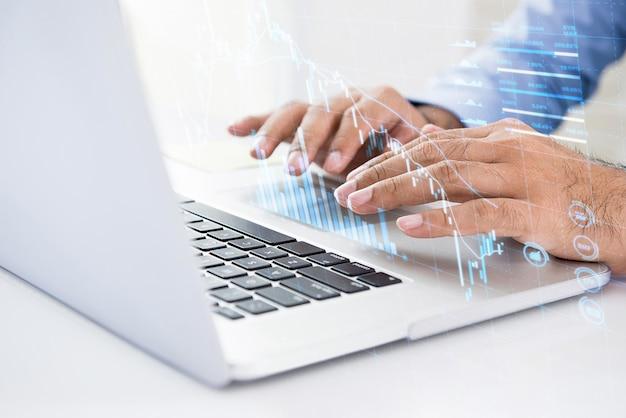 Zakenman die computer met behulp van die naar digitale gegevens van voorraad voor investering zoeken Premium Foto