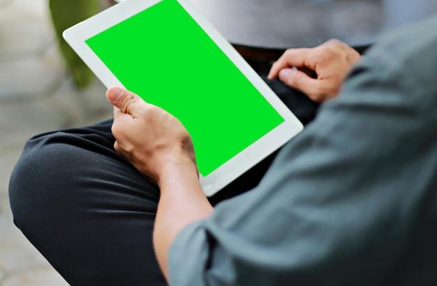 Zakenman die digitale tablet met groene het schermvertoning gebruiken Premium Foto