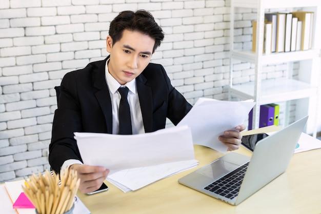 Zakenman die documenten bekijkt Premium Foto