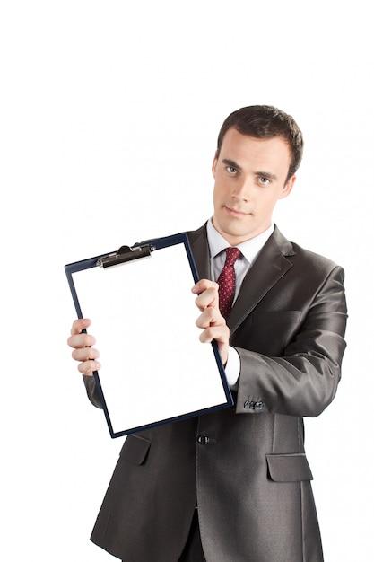Zakenman die een leeg klembord toont Premium Foto