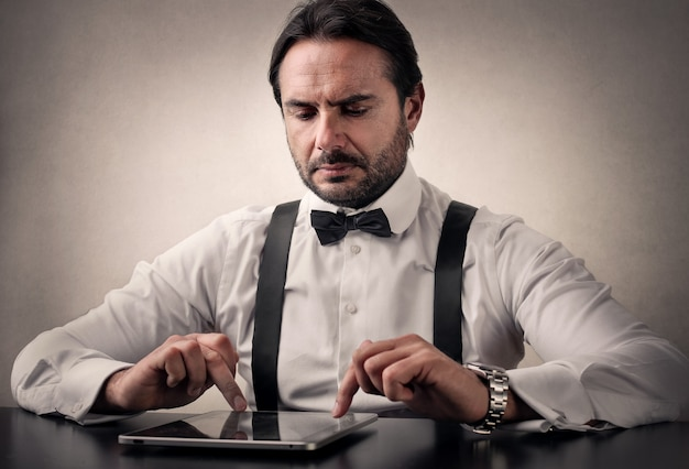 Zakenman die een tablet gebruikt Premium Foto