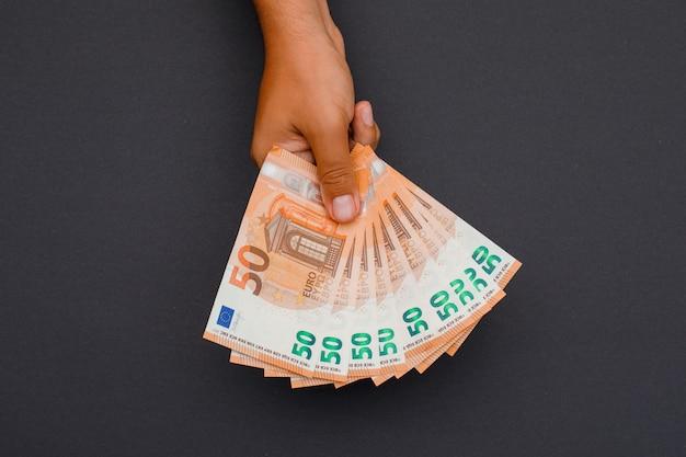 Zakenman die euro rekeningen houdt. Gratis Foto