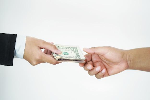 Zakenman die geld geeft om te overhandigen isoleert Premium Foto