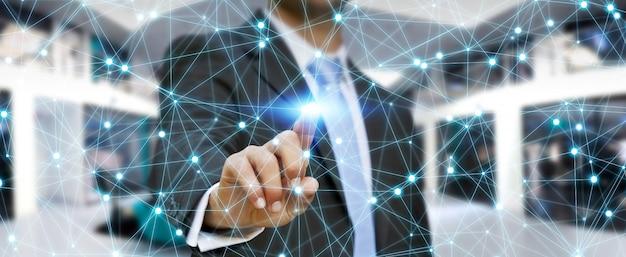 Zakenman die globale netwerkverbinding gebruikt Premium Foto