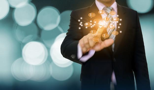 Zakenman die grafiek en de ontwikkeling van het pijlconcept richten aan sociale media online zaken Premium Foto