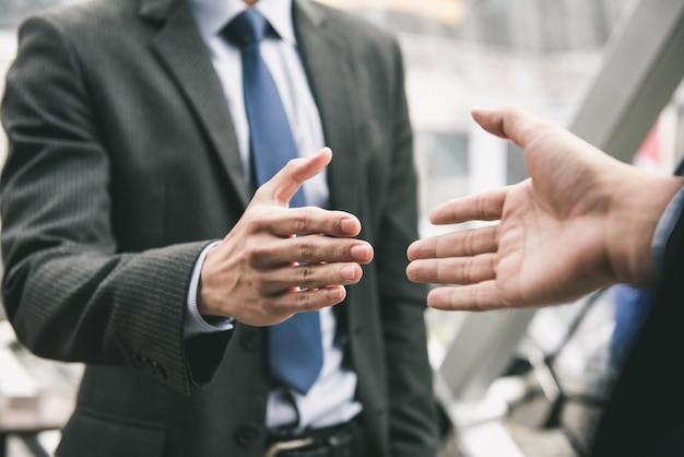 Zakenman die handdruk met partner maakt Premium Foto