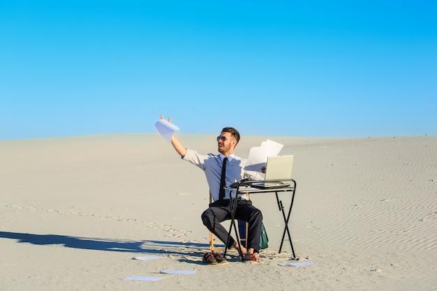 Zakenman die laptop in een woestijn met behulp van Gratis Foto