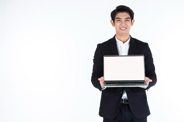 Zakenman die laptop met een wit scherm houdt Premium Foto