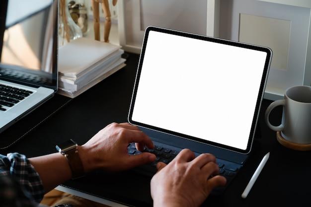 Zakenman die met tablet in bureau werkt Premium Foto