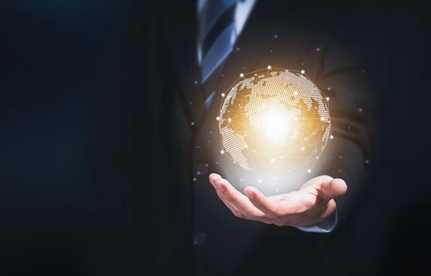 Zakenman die modern cirkel globaal netwerk voor internationale verbinding wereldwijd houdt. Premium Foto