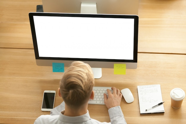 Zakenman die ontwerptoepassing op computer in bureau, hoogste mening gebruiken Gratis Foto