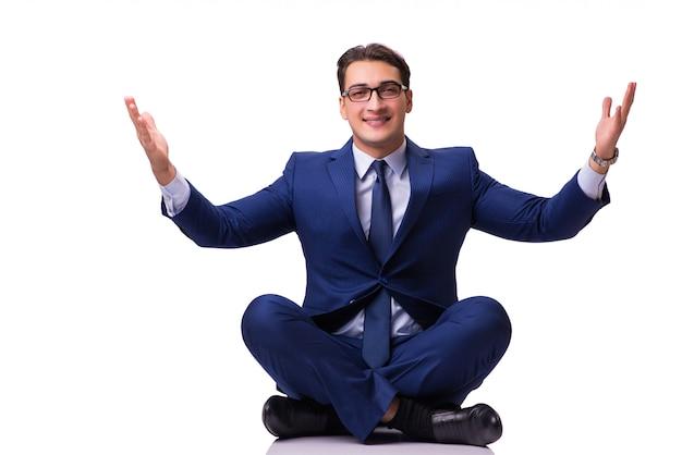 Zakenman die op de geïsoleerde vloer mediteren Premium Foto