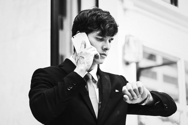 Zakenman die op de telefoon spreekt Gratis Foto