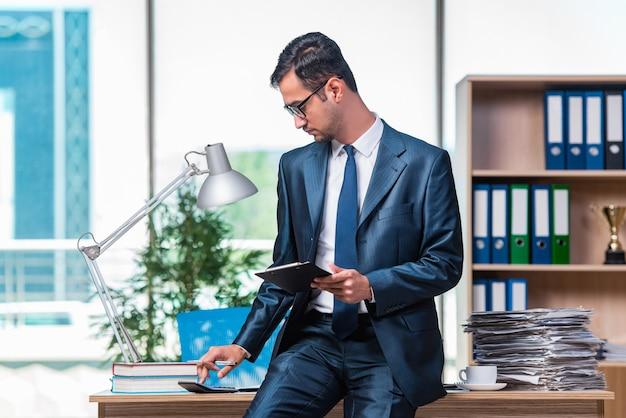 Zakenman die op het kantoor werkt Premium Foto
