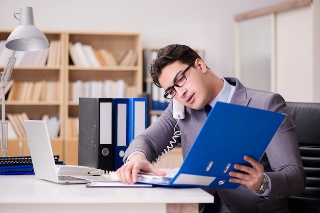 Zakenman die op kantoor werkt Premium Foto