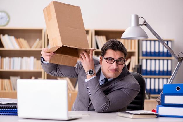 Zakenman die pakket in bureau ontvangt Premium Foto