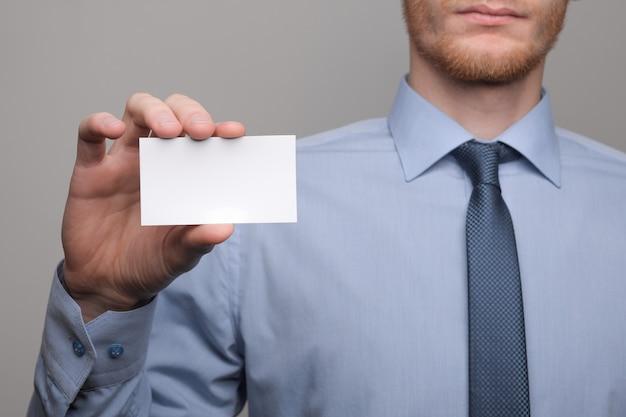 Zakenman die visitekaartje toont Premium Foto