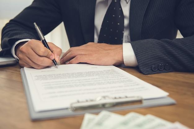 Zakenman die wettelijke bedrijfscontractovereenkomst ondertekent Premium Foto