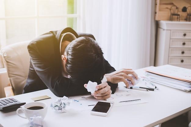 Zakenman die ziek en moe voelt. zakenman die stress op het werk voelt op kantoor Premium Foto