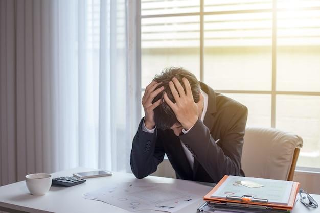 Zakenman die ziek en moe voelt. zakenman die zich gestrest voelt zonder werk Premium Foto