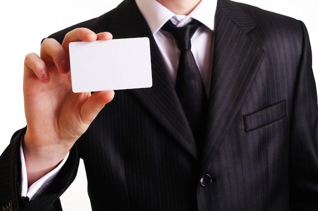 Zakenman die zijn adreskaartje toont. Premium Foto