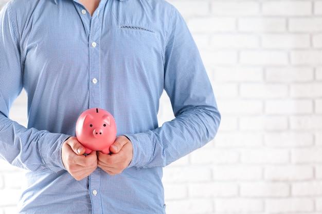 Zakenman die zijn spaargeld beschermt Premium Foto