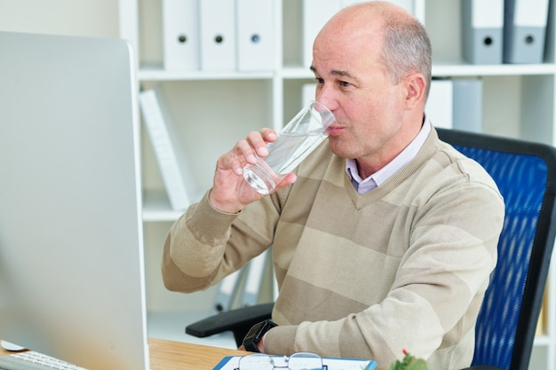 Zakenman drinkwater Premium Foto