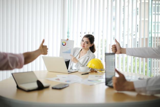 Zakenman en slimme vrouw mensen groep aanwezig collega's laatste winst financiële gegevens uit te leggen Premium Foto