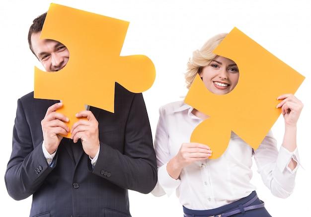 Zakenman en vrouw bij puzzelstukjes. Premium Foto