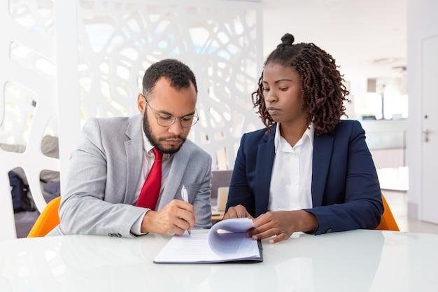 Zakenman en zakenvrouw ondertekenen van contract Gratis Foto