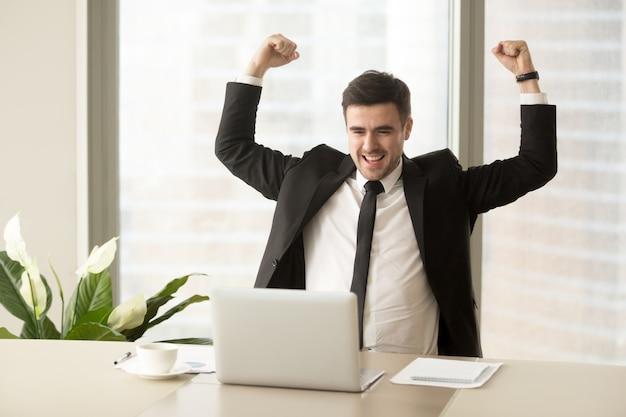 Zakenman enthousiast vanwege prestatie in het bedrijfsleven Gratis Foto