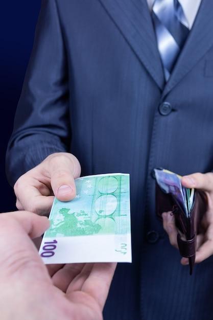 Zakenman geeft geld zijn partner Premium Foto