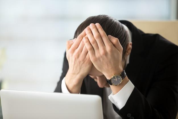 Zakenman geschokt vanwege bedrijf faillissement Gratis Foto