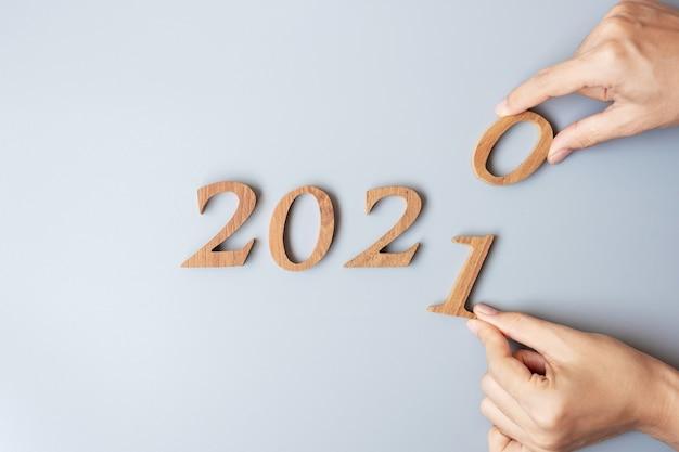 Zakenman hand houten nummer 2020 tot 2021 wijzigen Premium Foto