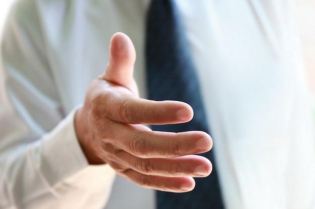 Zakenman hand reiken voor handdruk Premium Foto