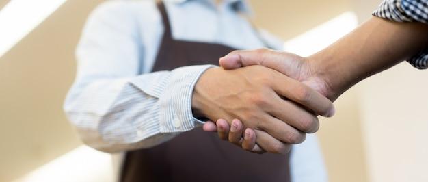Zakenman handdruk met partner, ceo-leider handbewegingen voor overeenkomst Premium Foto