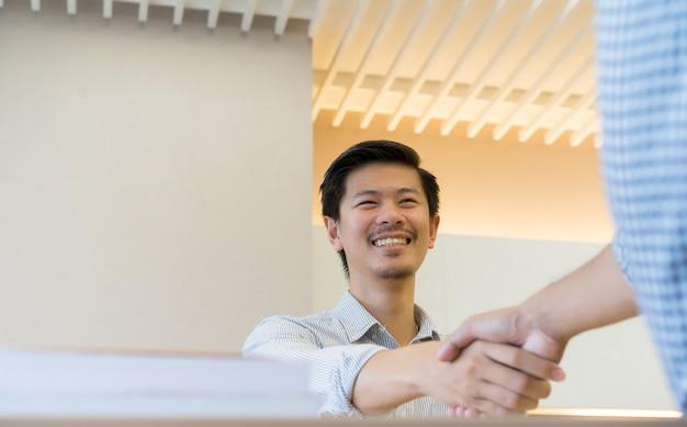 Zakenman handdruk met partner, Premium Foto