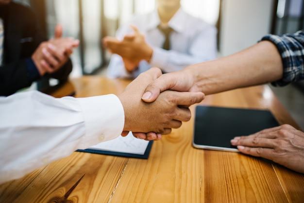 Zakenman handen schudden om zakelijke bijeenkomst te werken. Premium Foto