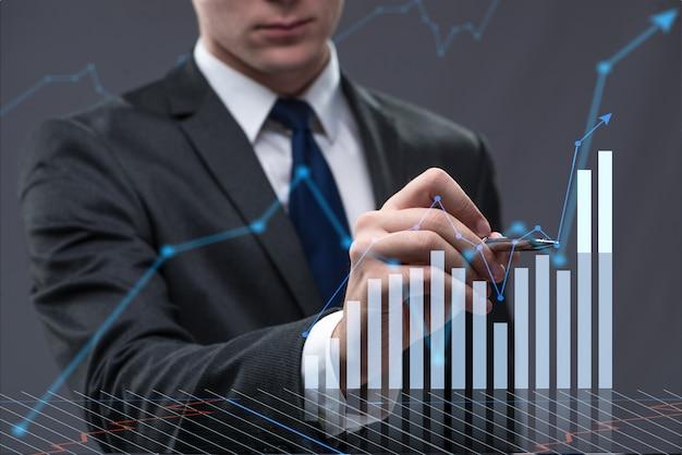Zakenman in bedrijfsconcept met grafiek Premium Foto