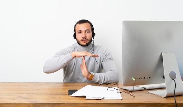 Zakenman in een kantoor met zijn pc Premium Foto