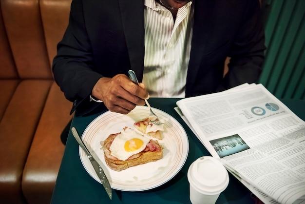 Zakenman in restaurant voor een maaltijd Premium Foto