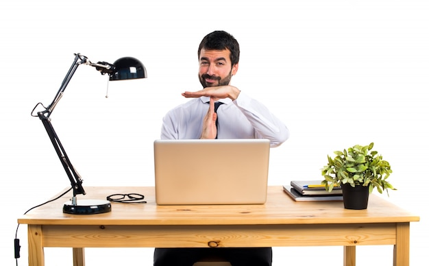 Zakenman in zijn kantoor maken van tijd uit gebaar Gratis Foto