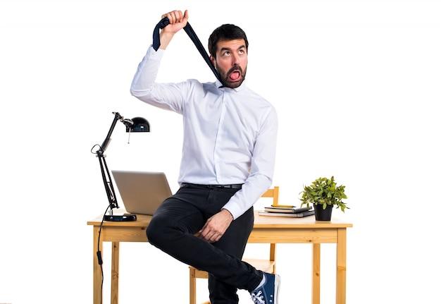 Zakenman in zijn kantoor verdrinken zichzelf Gratis Foto